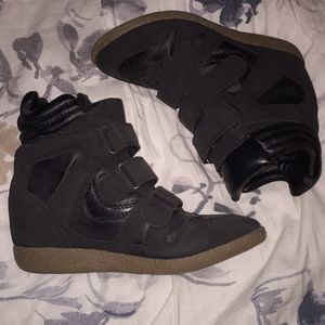 ⬇️$20 Sneakers with heel